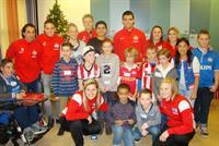 Groepsfoto bezoek PSV aan kinderafdeling