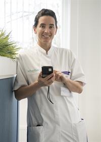 Gynaecoloog Klaartje Manders met de iPod waar de nieuwe foto-app op staat
